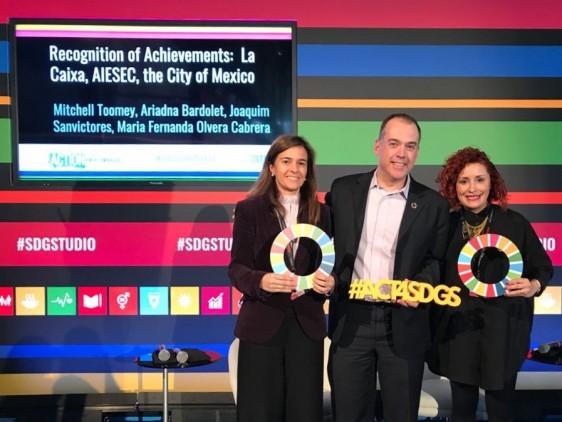 En representación del Jefe de Gobierno, Dr. Miguel Ángel Mancera Espinosa, la Directora General de INJUVE, María Fernanda Olvera Cabrera, recibe premio.
