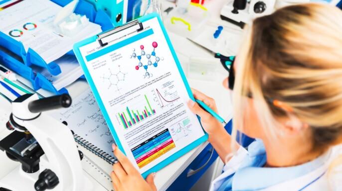 Investigadora consultando datos