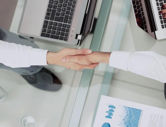 Establece un nuevo negocio mundial para el cuidado de la salud del consumidor con la independencia y sustentabilidad para ofrecer un valor significatico dividiendose en 32% de Pfizr y 68% de GlaxoSmithKline.