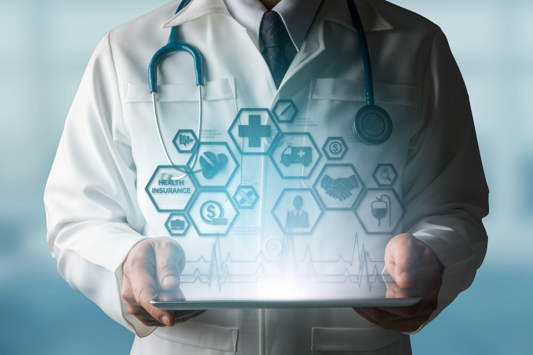 Medico sostiene una tableta con con diversos iconos de temas de salud