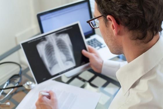 En entrevista, el especialista detalló que anualmente se registran nueve mil casos nuevos de este tumor, 85 por ciento de ellos, están relacionados con el consumo de tabaco.