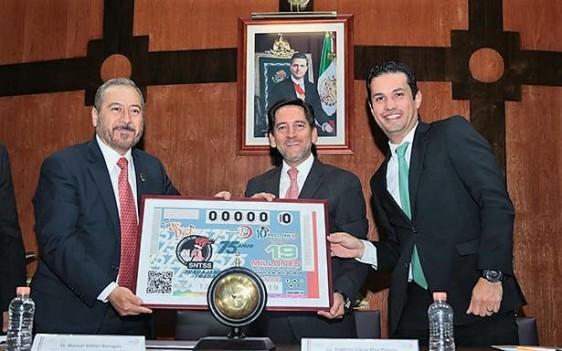 El Secretario General del Sindicato, Manuel Vallejo Barragán, hizo un reconocimiento a quienes con su dedicación y esfuerzo han construido, dado prestigio y brillo mundial al IMSS.