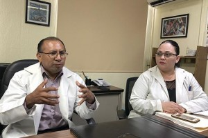 Los doctores Juan Buenaventura Xequé Alamilla y Alejandra Guadalupe Alcocer Aguilar, jefes de la División de Pediatría y de Neonatología, respectivamente, de la Unidad Médica de Alta Especialidad (UMAE) en Yucatán.