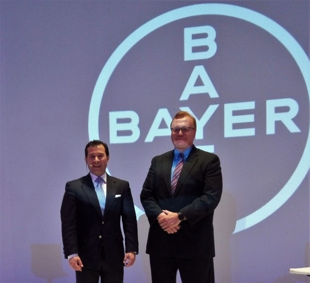 Eduardo Magallanes, Vicepresidente de la división farmacéutica de Bayer en LATAM y Dr. Gerhard Albrecht, Director Médico de Bayer en México