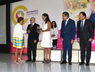 Se entregaron reconocimientos a autoridades de empresas e instituciones comprometidas con el tema, que llevaron a cabo acciones para mejorar la salud de sus colaboradores mediante la activación física, entre ellas la Secretaría de Salud, representada por la Directora de Estrategias y Desarrollo de Entornos Saludables, Lucero Rodríguez.