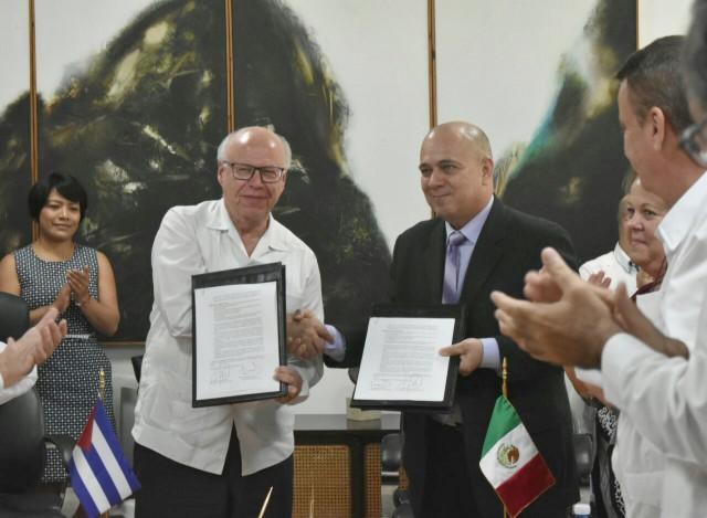 En el marco de la Primera Reunión del Grupo de Cooperación en Salud México Cuba, suscriben el Acta Final del encuentro binacional.