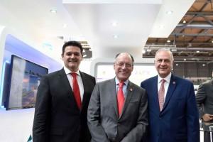 De derecha a izquierda Fernando Sampaio, director general de Sanofi Pasteur en Mexico; Mario Chacón, titular de la Unidad de Promoción de Negocios Globales; Alberto Curi, Secretario de desarrollo Económico del Estado de México