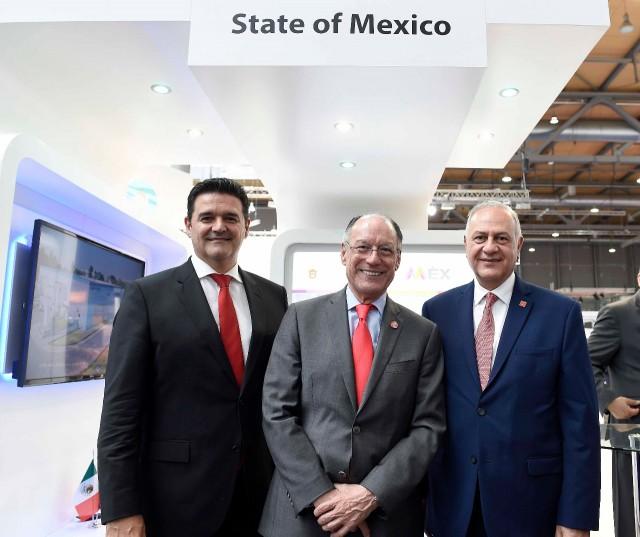 De derecha a izquierda Fernando Sampaio, director general de Sanofi Pasteur en Mexico; Mario Chacón, titular de la Unidad de Promoción de Negocios Globales en ProMéxico; Alberto Curi, Secretario de desarrollo Económico del Estado de México