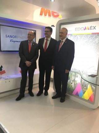 De derecha a izquierda Mario Chacón, titular de la Unidad de Promoción de Negocios Globales; Fernando Sampaio, director general de Sanofi Pasteur en Mexico; Alberto Curi, Secretario de desarrollo Económico del Estado de México