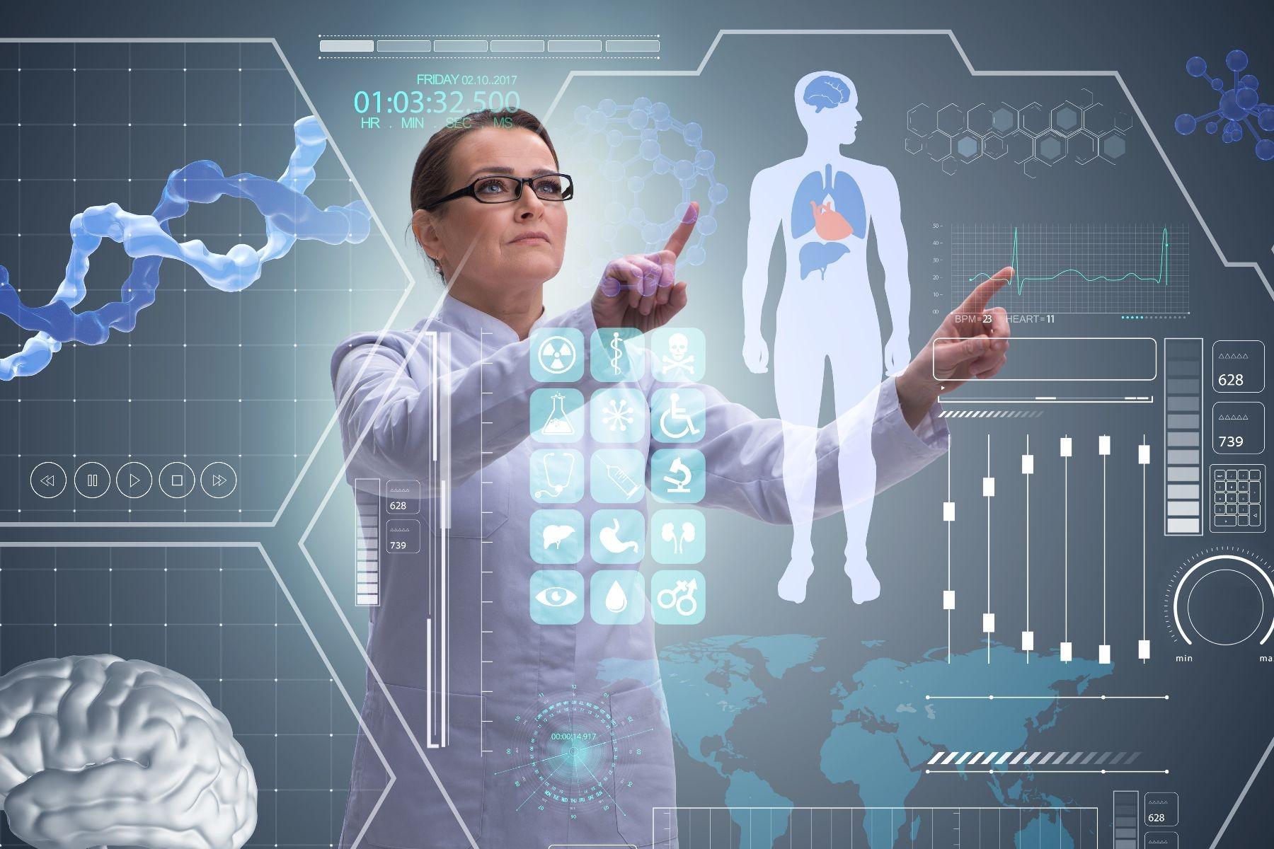 medica observando pantalla de telemedicina