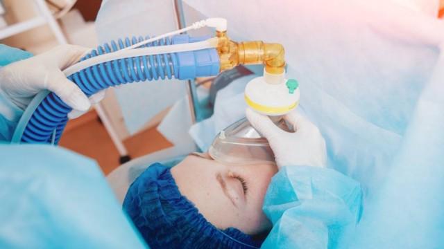 Paciente recibiendo oxigeno para anestecia
