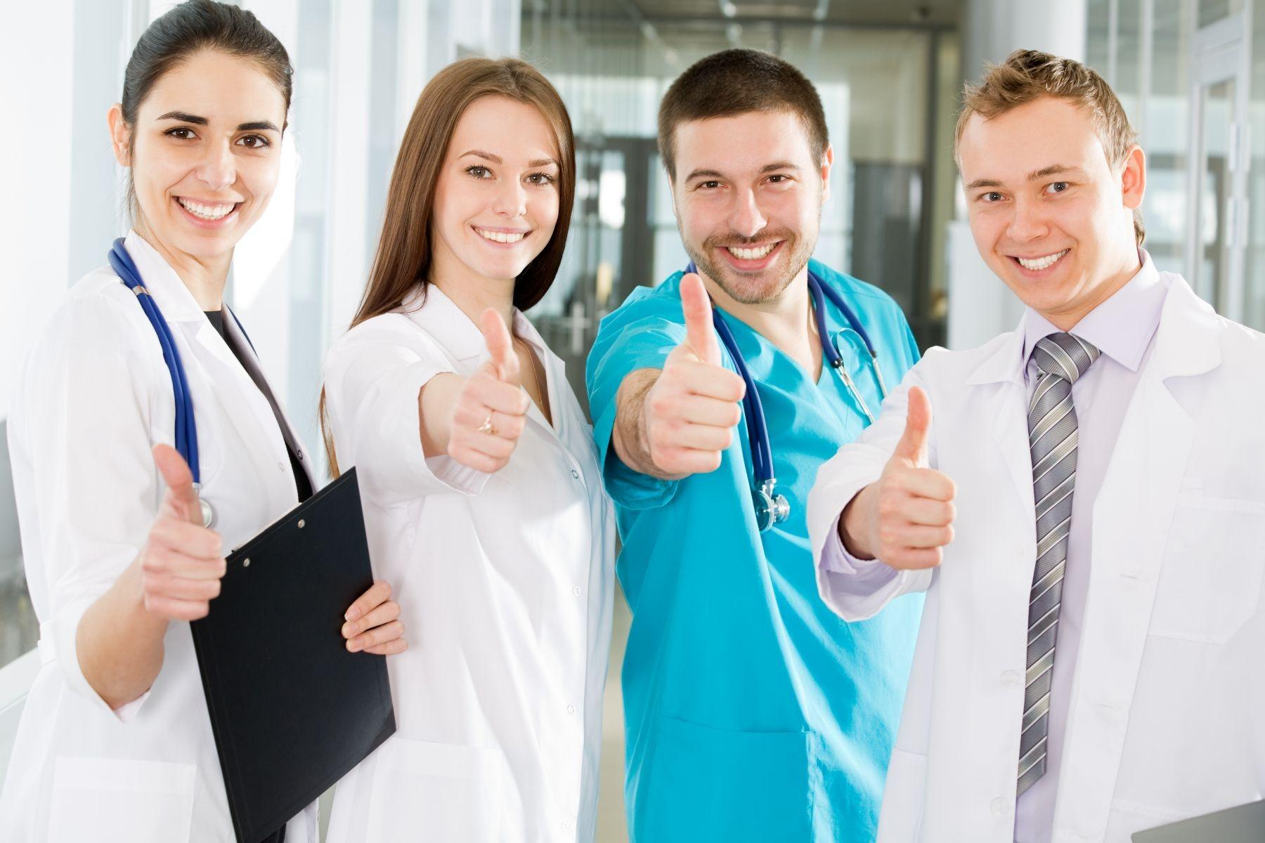 Equipo de especialistas en salud con el pulgar hacia arriba.