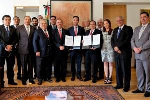El Director General del Seguro Social, Tuffic Miguel, y el Presidente de la Confederación, José Manuel López Campos, firmaron un convenio para desarrollar y evaluar propuestas de innovación en diversas áreas.