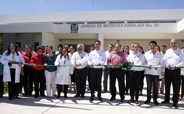 Inauguró la Unidad de Medicina Familiar en Celaya, que beneficiará a 48 mil derechohabientes con 10 consultorios de medicina familiar y cinco de enfermería con acciones de prevención.