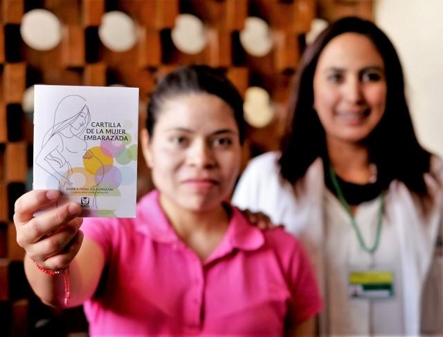 Las asistentes médicas del Seguro Social son las encargadas de promover y entregar la Cartilla de la Mujer Embarazada a las derechohabientes y dar información de los componentes de la misma.