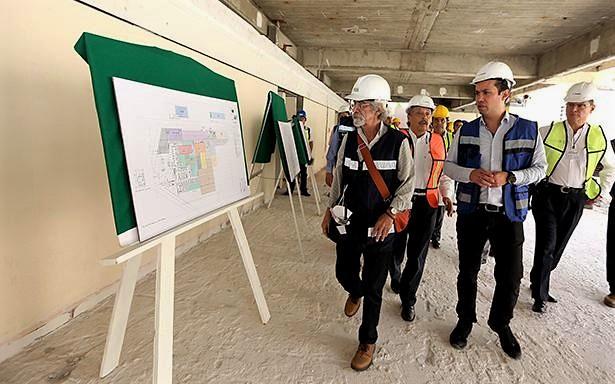 Durante un recorrido por las obras de reconstrucción, el Director General del Seguro Social, Tuffic Miguel, anunció que en tres meses se pondrá en marcha la clínica familiar.