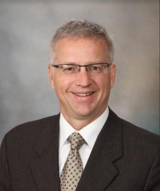 Dr. Randy Shelerud, del Centro para Columna Vertebral de Mayo Clinic
