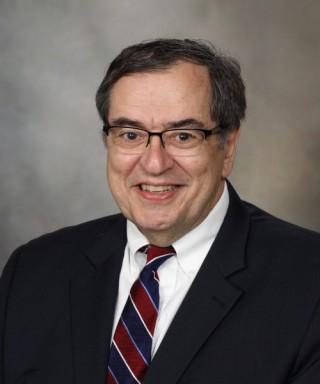 """El Dr. Robert Diasio, quien encabeza el Centro Oncológico de Mayo Clinic, explicó que """"la vacuna contra el VPH es un medio comprobado para prevenir ciertos tipos de cáncer, pero no se aplica de forma suficientemente amplia. Deseamos informar a la gente que esta es una oportunidad de prevenir el cáncer y de salvar vidas""""."""