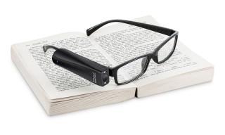 """Permite a personas con ceguera y baja visión realizar actividades como lectura de libros, revistas y periódicos al verbalizarlos en tiempo real.El dispositivo """"aprende"""" mediante inteligencia artificial y procesamiento de imágenes."""