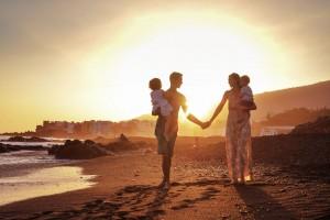 familia caminando por una playa