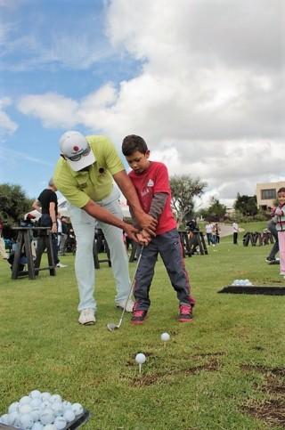 Entre tiros y swings los niños y jugadores convivieron en un ambiente deportivo con un clima entre la convivencia y la competencia.