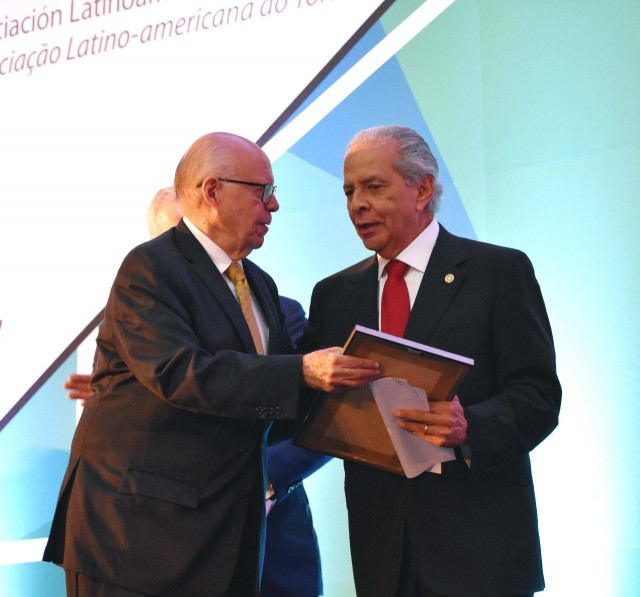 Los doctores Moisés Selman y Eulo Lupi reciben reconocimiento por su trabajo en medicina respiratoria