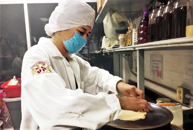 Las tortillas son versátiles, se pueden hacer de harina de trigo o de maíz y su masa es útil para combinarse con alimentos salados o dulces, así como para elaborar crepas o base para pizza.