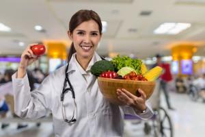 Se recomienda un desayuno saludable y que sea durante la primera hora después de despertar.Previene enfermedades como obesidad, hipertensión, diabetes, anemia, osteoporosis y algunos cánceres.