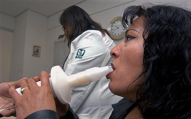 El Seguro Social otorga más de 900 mil consultas al año para la detección de este padecimiento, que se origina principalmente por la exposición al humo del tabaco.