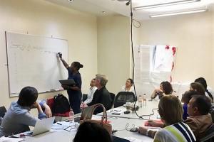 Participantes del curso organizado por los CDC y la OPS/OMS se preparan para realizar el proceso de detección de virus de influenza por PCR en el área de biología molecular del Laboratorio de Influenza, del InDRE.