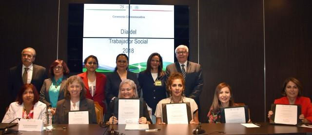 El Secretario de Salud encabezó la Ceremonia para reconocer la labor de los trabajadores sociales.Alrededor de 80 egresados de esta profesión son mujeres
