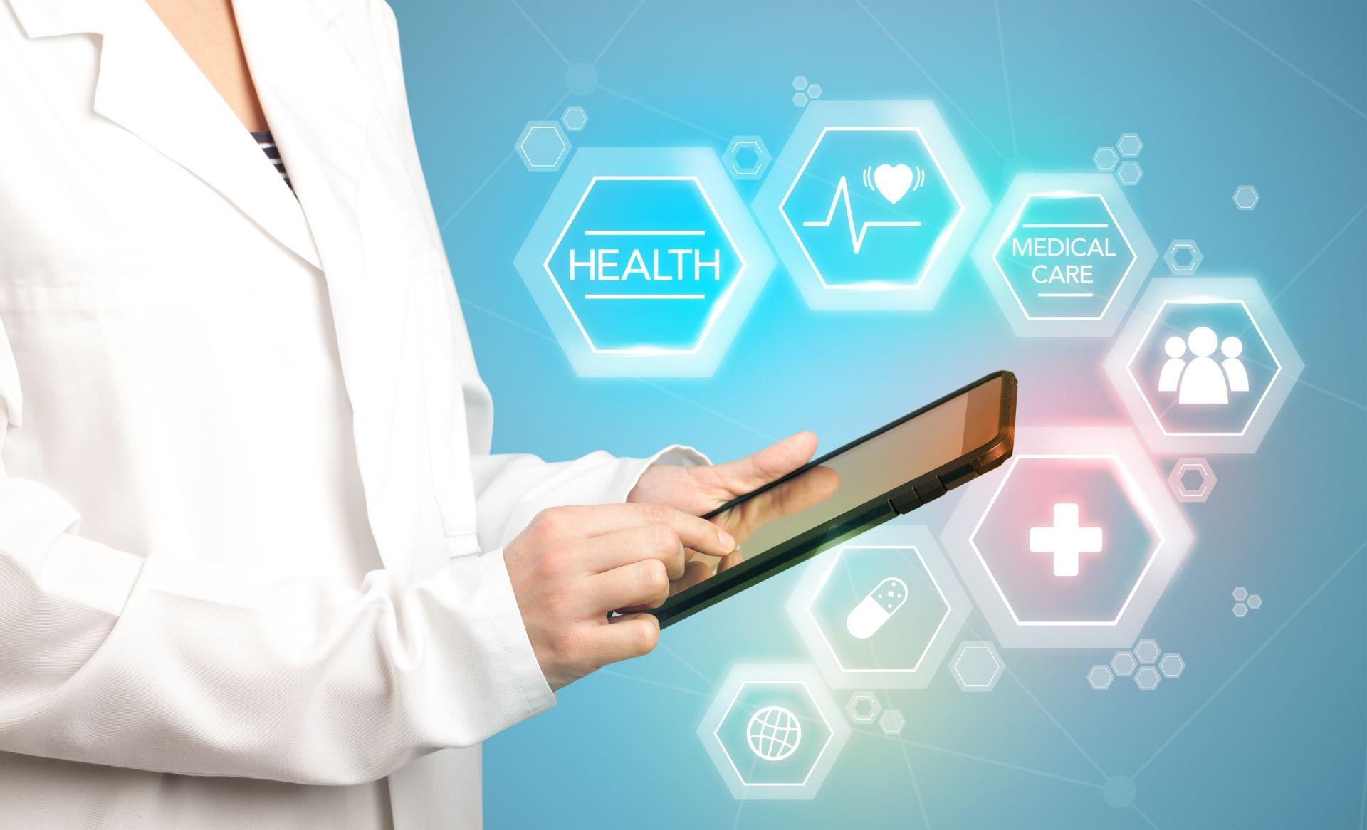 médico consultando datos en una tableta