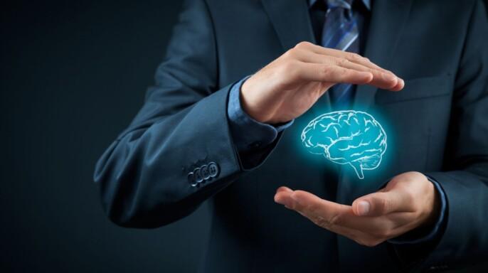 Hombre protegiendo co sus manos icono de cerebro