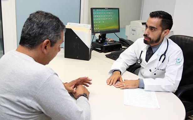 Médicos endocrinólogos del IMSS señalan que los bochornos, falta de energía, disminución de la libido y depresión son algunos de los principales síntomas.