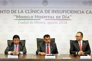 """El Director General, Florentino Castro López, aseguró que con la puesta en marcha de la Clínica de Insuficiencia Cardiaca """"Modelo Hospital de Día"""" el ISSSTE reafirma el compromiso de seguir trabajando para ofrecer mejores servicios a los 13 millones de derechohabientes."""