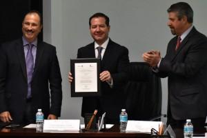 En el acto, realizado en las oficinas centrales de la COFEPRIS, estuvieron, por parte de la institución, el Comisionado de Autorización Sanitaria, Jorge Romero, y el Director General de la Cámara Nacional de la Industria Farmacéutica (CANIFARMA), Rafael Gual, así como representantes del sector farmacéutico y de la academia.