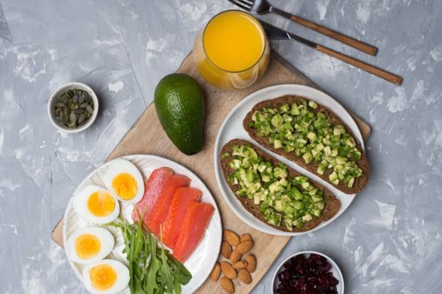 La mayor parte de su alimentación debe componerse de verduras, frutas, legumbres, frutos secos y cereales integrales.