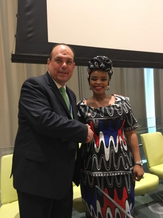 Francisco Freyría,Director Generalde laFundación Fomento de Desarrollo Teresa de Jesús con Zelka Mandela, nieta de Nelson Mandela y sobreviviente de cáncer de mama.