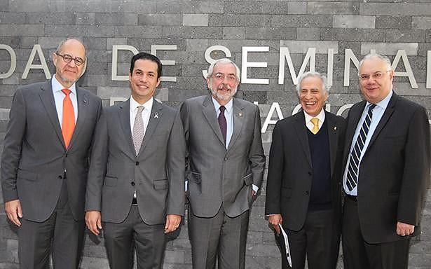 La ceremonia estuvo encabezada por el Director General del Seguro Social, Tuffic Miguel; el Rector de la UNAM, Enrique Graue, así como por el Presidente del Consejo Directivo de la Fundación UNAM, Dionisio Meade.