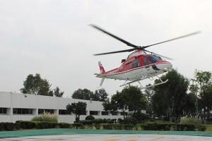"""Médicos especialistas del Hospital General """"La Raza"""" trasplantaron el doceavo corazón del año a un hombre de 50 años de edad, que padecía cardiomiopatía isquémica. El órgano era de un joven de 17 años que sufrió traumatismo craneoencefálico en un accidente de motocicleta."""