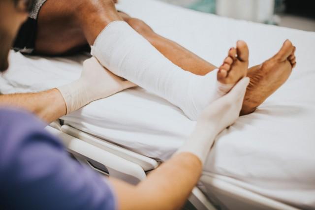 Una amputación parcial significa perder una parte del pie, como un dedo o varios, siendo las causas más frecuentes las traumáticas y pie diabético. Para estos pacientes, amputados parcialmente, no había nada que ofrecerles, hasta ahora; ya que gracias a la impresión 3D se les brinda una solución estética y funcional