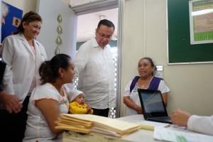 El titular del Seguro Social, Germán Martínez Cázares, Recorrió el Hospital Rural de Acanceh y la unidad médica en Timucuy.