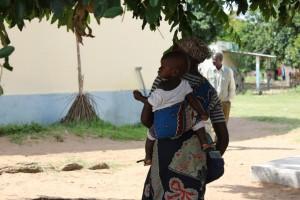 Madre e hijo saliendo del hospital en Mozambique.