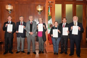 el Secretario de Salud, Jorge Alcocer Varela, entregó nombramientos a integrantes de su equipo de trabajo.