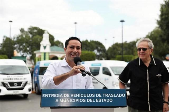 El mandatario y el secretario de Salud federal, Jorge Alcocer Varela, distribuyen las últimas 49 unidades a 36 Ayuntamientos yucatecos.