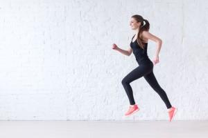 Considera el entrenamiento aeróbico por intervalos, que alguna vez fue exclusivo de los atletas de alto nivel, pero que ahora se ha convertido en un medio poderoso para toda persona que entrena.
