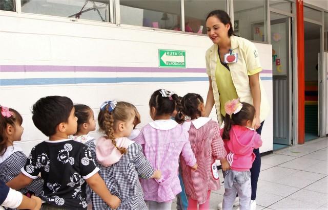 Niñas y niños entrando a guardería del IMSS
