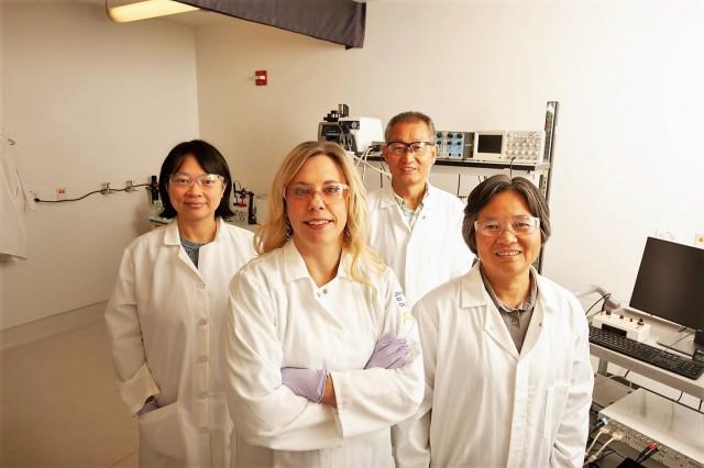 Investigadores de UC Davis Health han publicado un estudio sobre cómo el humo de segunda mano afecta la actividad eléctrica en el corazón. En la foto de izquierda a derecha están Zhen Wang, Crystal Ripplinger, Lianguo Wang y Chao-Yin Chen.