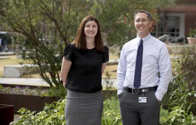 La Dra. Rachel L. Tomko (izquierda) y el Dr. Kevin M. Gray (derecha) son investigadores de adicciones en la Universidad Médica de Carolina del Sur.