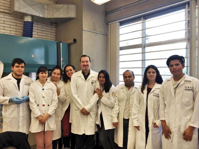 Felipe Vaca Paniagua, investigador de la FES Iztacala de la UNAM con su equipo de colaboradores de trabajo.